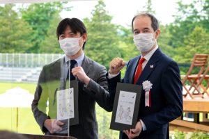 三井農林(株)の菊地取締役(左)と(一社)日本クリケット協会のアラム代表理事
